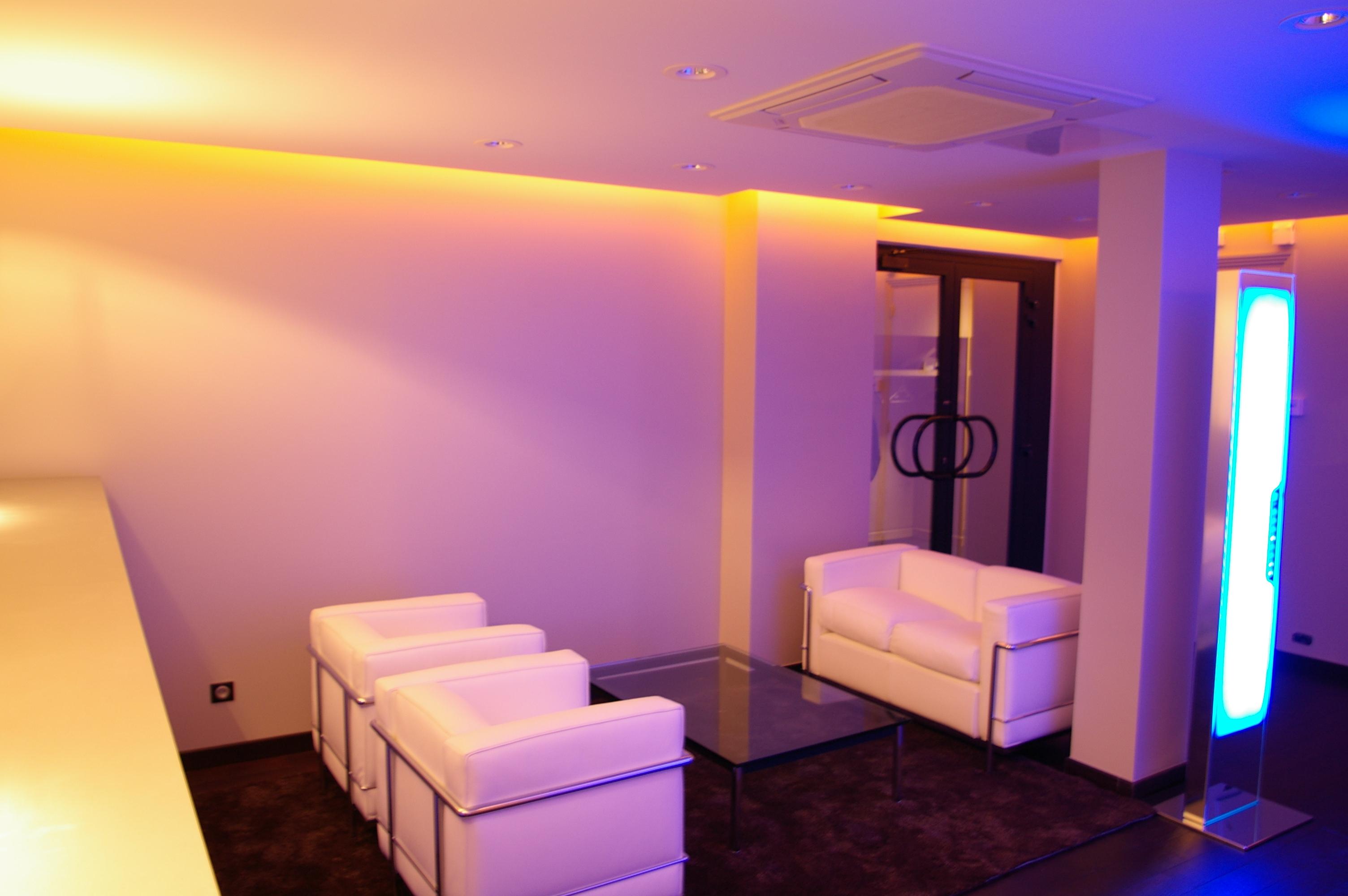 Décoration intérieure : revêtement de sol, peinture murs et plafonds et pose d'éclairages