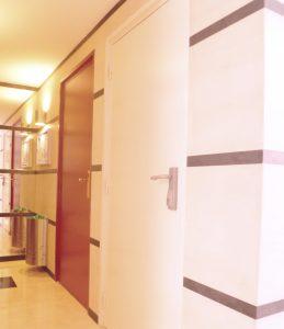 Décoration intérieure : pose de revêtement mural et peinture dans un hall d'entrée
