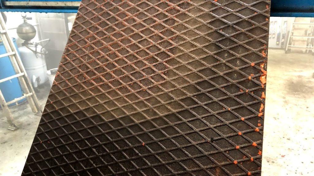 Nettoyage a la vapeur seche dune plaque metallique pleine de graisse